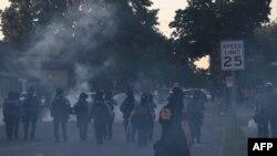 Полицијата во Сент Пол користи солзавец да ја растера толпата