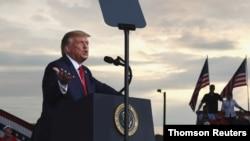 El presidente Donald Trump celebra un evento de campaña en el aeropuerto regional Smith Reynolds en Winston-Salem, Carolina del Norte.