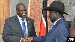 Presiden Sudan Selatan Salva Kiir (kanan) bersalaman dengan pemimpin oposisi Riek Machar sebelum pertemuan mereka di Juba, Sudan Selatan, 11 September 2019.