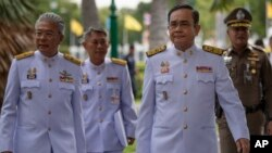 រូបឯកសារ៖ នាយករដ្ឋមន្ត្រីថៃលោក Prayuth Chan-ocha ដើរឆ្ពោះទៅកាន់វិមានរដ្ឋាភិបាល នៅទីក្រុងបាងកក ប្រទេសថៃ កាលពីថ្ងៃទី២៧ ខែសីហា ឆ្នាំ២០១៩។