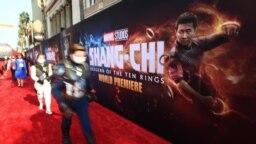 """Des fans déguisés en personnages Marvel assistent à la première de """"Shang-Chi et la légende des dix anneaux"""" au El Capitan Theatre de Los Angeles, Californie, le 16 août 2021. (Jordan Strauss/Invision/AP)"""