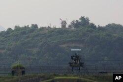 16일 한국에서 파주에서 바라본 비무장지대 남측 초소와 멀리 보이는 북측 초소.