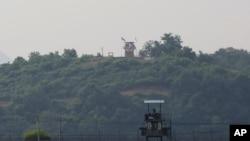 지난 16일 한국에서 파주에서 바라본 비무장지대 남측 초소와 멀리 보이는 북측 초소.