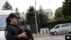 资料照片:土耳其安全部队在美国驻土耳其使馆前加强戒备(2019年10月8日)