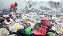 Ac venesuelalılar Braziliyada zibillikdə yemək axtarır