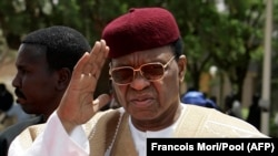 Le 27 mars 2009, le président du Niger, Mamadou Tandja, à l'aéroport Diori Hamani de Niamey.