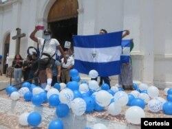 Familiares de manifestantes protestan frente a la iglesia de San Miguel en Masaya, Nicaragua, el 20 de abril de 2021. Foto cortesía de Noel Miranda.