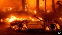 Vatra uništava vozila dok se požar Diksi širi kroz zajednicu Indijanskih vodopada u okrugu Plamas, Kalifornija, 24. jula 2021. (Foto: AP/Noa Berger)