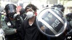 Policajci hapse demonstranta u blizini Politehničkog univerziteta u Hong Kongu, u ponedeljak, 18. novembra 2019.