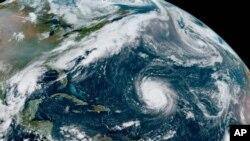 Foto satelit Badai Teddy di Atlantik dan Depresi Tropis yang akan dinamai Beta (kiri) di Teluk Meksiko, sisa Badai Paulette (kanan atas) dan Badai Tropis Wilfred, yang dirilis oleh NOAA, 18 September 2020.