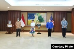 Pemerintah Amerika Serikat pada Selasa (28/7) menyerahkan secara simbolis bantuan seratus ventilator dari seribu yang dijanjikan kepada pemerintah Indonesia. (Kemenlu)