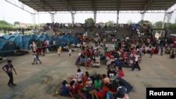 Migrantes venezolanos son vistos dentro de un coliseo donde se instaló un campamento temporal, luego de huir de su país debido a operaciones militares, según la agencia colombiana de migración, en Arauquita, Colombia, 26 de marzo de 2021.