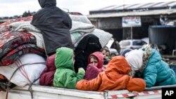 Warga meninggalkan wilayah Idlib, Suriah menuju ke perbatasan Turki untuk menghindari kekerasan.