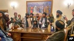 Miembros del Talibán en el palacio presidencial de Afganistán, en Kabul, después de tomar el poder el 15 de agosto de 2021.