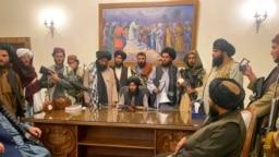 Taliban menguasai istana kepresidenan Afghanistan setelah Presiden Afghanistan Ashraf Ghani melarikan diri dari negara itu, di Kabul, Afghanistan, Minggu, 15 Agustus 2021. (Foto: AP/Zabi Karimi)