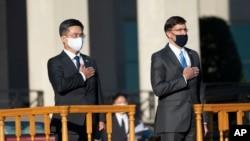 마크 에스퍼 미국 국방장관(오른쪽)과 서욱 한국 국방장관이 14일 워싱턴 인근 알링턴의 미 국방부 청사에서 미한안보협의회를 열었다.