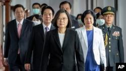 រូបឯកសារ៖ ប្រធានាធិបតីកោះតៃវ៉ាន់ Tsai Ing-wen ធ្វើដំណើរជាមួយអនុប្រធានាធិបតី Lai Ching-te (ឆ្វេង) ពេលមកដល់ពិធីសម្ពោធមួយនៅទីក្រុងតៃប៉ិ កោះតៃវ៉ាន់។