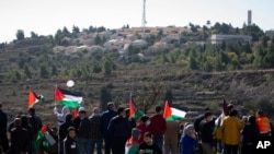 Arhiva - Palestinci protestuju protiv očekivane posjete državnog sekretara SAD Mikea Pompea jevrejskom naselju Psagot, u blizini grada Al Bireh na Zapadnoj obali, 18. novembra 2020.