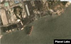 플래닛 랩스(Planet Labs)가 11일 남포 석탄 항구 일대를 촬영한 위성사진. 태평 호와 길이가 비슷한 선박이 접안을 하는 모습이 보인다. 자료 제공=Planet Labs
