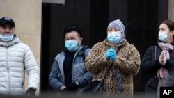 Warga mengenakan masker untuk mencegah penyebaran virus Covid-19 saat meninggalkan stasiun kereta (subway) di Moskow, Rusia, 26 Oktober 2020.