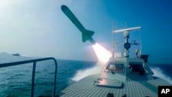 Kapal Garda Revolusi Iran menembakkan rudal saat latihan militer di Selat Hormuz, dalam foto yang dirilis Selasa, 28 Juli 2020. (Sepahnews via AP)