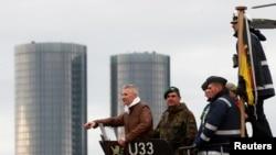 Министр обороны Латвии Артис Пабрикс (слева) на борту подводной лодки ВМС Германии U-33 в Риге, Латвия, 31 мая 2019 года