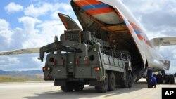 Pesawat militer Rusia yang mengangkut sistem pertahanan rudal S-400 tiba di bandara Ankara, Turki 12 Juli lalu. Pembelian rudal S-400 Rusia oleh Turki membuat berang sekutu NATO termasuk AS.