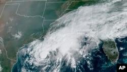 La tormenta tropical Beta (centro) se muestra en el Golfo de México, en esta imagen del satélite GOES-16 de la NOAA (Oficina Nacional Océanica y Atmosférica de EE. UU.), el sábado 19 de septiembre de 2020.
