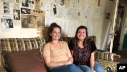 "Sirakyuz universitetining ""Daily Orange"" gazetasi muharrirlari: Xeyli Robertson (chapda) va Ketrin Leffert"