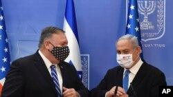 រដ្ឋមន្ត្រីការបរទេសសហរដ្ឋអាមេរិក លោក Mike Pompeo និងនាយករដ្ឋមន្ត្រី Benjamin Netanyahu ពាក់ម៉ាសដើម្បីជួយទប់ស្កាត់ការឆ្លងរាលដាលនៃមេរោគកូរ៉ូណា បន្ទាប់ពីធ្វើសេចក្តីថ្លែងការណ៍រួមមួយទៅកាន់សារព័ត៌មាននៅក្នុងក្រុង Jerusalem កាលពីថ្ងៃទី២៤ ខែសីហា ឆ្នាំ២០២០។