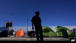 Фото: Мігрант із Гондурасу, який прагне отримати притулок у США, у наметовому містечку на кордоні із США у місті Тіхуана, Мексика