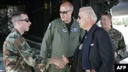 Тогдашний сенатор Джо Байден встречает самолет, доставивший американскую гуманитарную помощь беженцам из Южной Осетии. Архивное фото.Тбилиси, 17 августа 2008