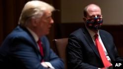 Губернатор штата Колорадо Джаред Полис и президент Дональд Трамп во время встречи по борьбе с коронавирусом. 13 мая 2020