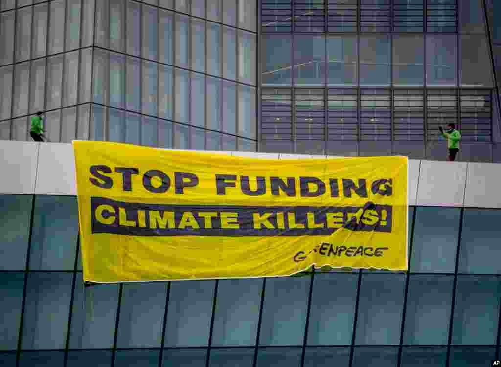 دو تن از فعالان سازمان مدافع محیط زیست «صلح سبز» یا «گرین پیس» با فرود در بام ساختمان بانک مرکزی اروپا با پاراگلایدر، برای اعتراض یک بنر را آویزان کردند.