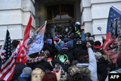 Kapitoli binasına daxil olmağa çalışan Tramp tərəfdarları polislə toqquşur. Vaşinqton. 6 yanvar, 2021.