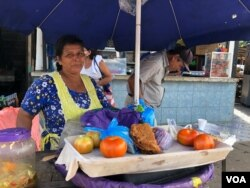 Fátima Ramírez vende enchiladas en un mercado popular de Managua.