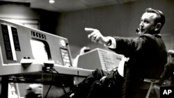Christopher Kraft, director de vuelo del Proyecto Mercury, en su consola de Mission Control, en Houston, Texas. Foto sin fecha.