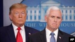 도널드 트럼프 대통령과 마이크 펜스 부통령이 29일 백악관에서 신종 코로나바이러스 관련 기자회견을 열었다
