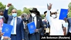 Le général Abdel Fattah al-Burhan (à g.), chef du Conseil souverain du Soudan, le président du Sud-Soudan Salva Kiir (centre) et le président du Tchad Idriss Deby (à dr.) lors de la cérémonie de paix à Juba, au Sud-Soudan, le 3 octobre 2020. (Photo: REUTERS/Jok Solomun)