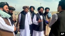 طالبان عہدے دار کابل کے انٹرنیشنل ایئرپورٹ پر صحافیوں سے بات کرتے ہوئے۔31 اگست 2021