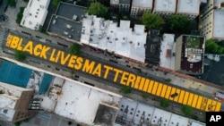 «Black Lives Matter» ត្រូវបានគេសរសេរនៅលើផ្លូវ Fulton Street ក្នុងទីក្រុង Brooklyn ទីក្រុងញូវយ៉កកាលពីថ្ងៃទី១៥ ខែមិថុនា ឆ្នាំ២០២០។