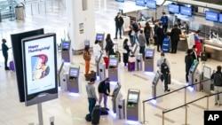 紐約拉瓜迪亞機場等待辦理登機手續的旅客。(2020年11月25日)