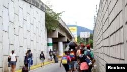 Migrantes venezolanos caminan hacia la frontera entre Venezuela y Colombia, en San Cristóbal, Venezuela, el 12 de octubre de 2020. [Foto: Reuters]