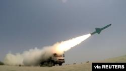 İranın keçirdiyi hərbi oyunlar zamanı Hind okeanının şimalında, Körfəz yaxınlığında yerli istehsal olan qanadlı raket atılır, 17 iyun, 2020.