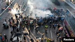 反送中示威者在2019年8月5日在香港金鐘被警察用催淚彈驅散。