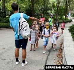 지난 19일 개학한 뉴욕 초등학생들이 마스크를 쓴채 캠프에 참가하고 있다.