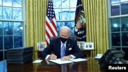 Presidenti Biden në Zyrën Ovale (20 janar 2021)