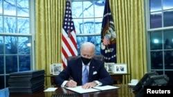 Bajden u Ovalnoj sobi potpisuje predsedničke uredbe