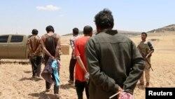 ພວກຜູ້ຊາຍທີ່ເຊື່ອກັນວ່າເປັນນັກລົບຂອງກຸ່ມ ລັດອິສລາມ  ຖືກຈັບເປັນນັກໂທດ ພາຍຫລັງທີ່ກອງທັບຂອງກຳລັງເພື່ອປະຊາທິປະໄຕ ຊີເຣຍ (DS F) ໄດ້ກ້າວບຸກເຂົ້າໄປໃນເຂດຊົນນະບົດ Manbij ຢູ່ທາງພາກໃຕ້ຂອງກຳແພງນະຄອນ Alepo ຂອງຊີເຣຍໃນວັນທີ 31 ພຶດສະພາ 2016 ນັ້ນ