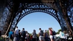 មនុស្សម្នាតម្រង់ជួរចូលទស្សនា Eiffel Tower ក្នុងទីក្រុងប៉ារីសកាលពីថ្ងៃទី២៥ ខែមិថុនា ឆ្នាំ២០២០។